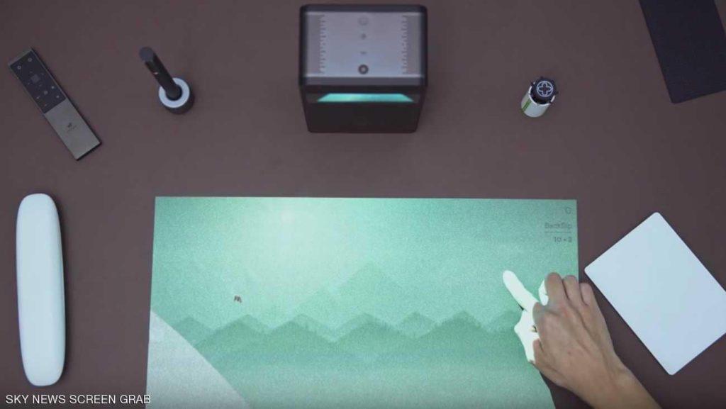 جهاز يحول أي سطح لشاشة تعمل باللمس